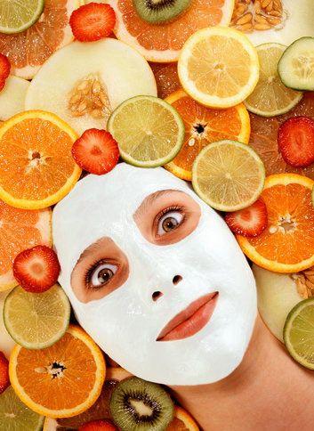 Canlandırıcı çilek maskesi  2 adet iri çileği ezerek bir çorba kaşığı nemlendiriciyle karıştır ve bütün yüzüne ince bir tabaka halinde sür. 5 dakika sonra ılık suyla yıka. Bu maske, canlandırıcı etkisiyle cildini arındırır ve kuruluğunu giderir.